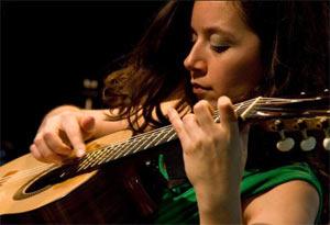 Cecilia Zabala, guitarrista y cantante argentina. Creadora de un estilo musical que reúne el folklore y tango argentinos, con la música brasileña, americana, del mundo