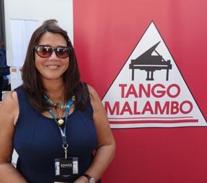 La pianista argentina Cecilia Pillado con el logotipo de su sello discográfico Tango Malambo