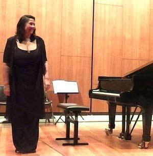 Cecilia Pillado, pianista argentina, al saludar en uno de sus conciertos en Berlín, Alemania