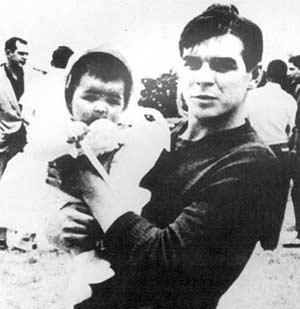 Ernesto Che Guevara en Méjico con su hija Hilda en brazos