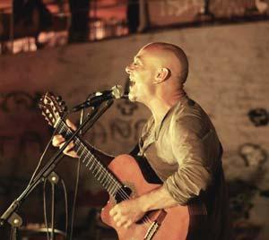 Claudio H.  músico y cantante argentino, en plena actuación en Madrid, España