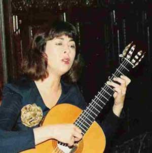 Cristina Cid, cantante y guitarrista clásica argentina, actuando en Granada, España