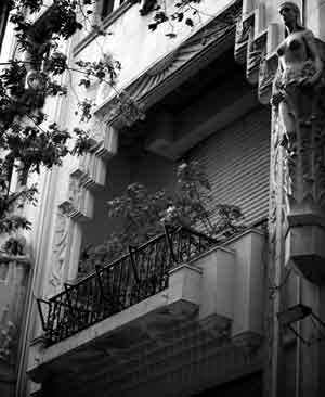 Detalle arquitectónico de un balcón del edificio del Diario Crítica en Buenos Aires, Argentina. Foto de Iuri Izrastzoff