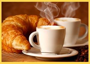 La medialuna de Argentina o el croissant de Francia difundido en España, forma parte de muchos desayunos con café con leche