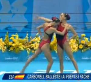 Las nadadoras españolas al comenzar su prueba de Natación Sincronizada en las Olimpíadas de Londres, con el tango La Cumparsita como fondo