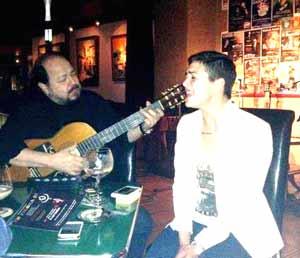 Daniel Calá, cantante, guitarrista y propietario de El Rincón de los Artistas, de Vigo, durante una de las actuaciones con artistas invitados