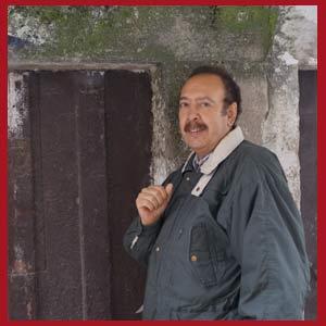 El cantor argentino de tango Daniel Castelli paseando por el casco antiguo de Cangas, villa marinera gallega a orillas de la Ría de Vigo, España