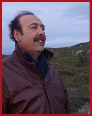 El cantor argentino de tango Daniel Castelli visitando el Faro Home, en el extremo occidental de la Península de Morrazo, Provincia de Pontevedra, desde donde señala las rutas marítimas a los barcos que entran o salen en las rías de Aldán y Vigo, por el Atlàntico