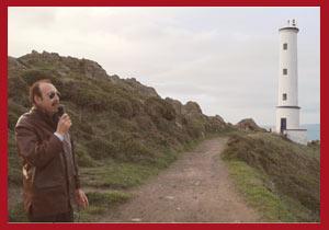 El cantor de tango argentino Daniel Castelli presentando un tema junto al Faro Home, Península de Morrazo, Concello de Cangas, Provincia de Pontevedra, Galicia, España