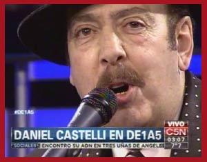 El cantor de tango argentino Daniel Castelli durante su actuación en directo en el canal C5N de Buenos Aires