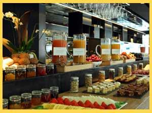 Áreas en los hoteles internacionales con todo tipo de alimentos para el desayuno, llamado habitualmente continental, también presente en las cadenas hoteleras de Argentina