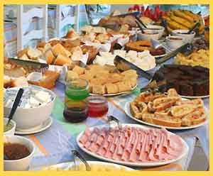 Dulces, tartas, medialunas y también platos de fiambres, tortillas, etc. todo va bien en un desayuno continental, donde cada pasajero elige qué comer por la mañana