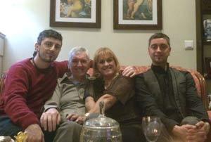 Diego Arias, a la derecha, con su hermano Jupa y sus padres, Norma y Juan, en el centro