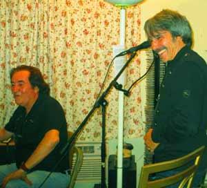 El guitarrista y compositor argentino Lucas Apestegui, grabando con su paisano, el cantante Diego Verdaguer, en Los Ángeles, California, EEUU cantante