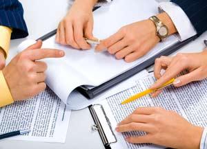 Directivos analizando opciones económicas
