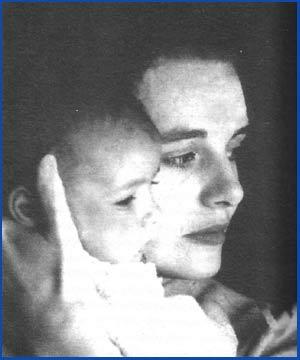 María do Carme Kruckenberg con su única hija, Cristina, en los brazos - De su biografía escrita por Mercedes Queixa Zas, Editorial Galaxia - 2011