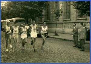 El atleta Domingo Amaison pasando frente a Editorial Atlántida de Buenos Aires en la disputa de la maratón que organizaba la Revista El Gráfico de Argentina