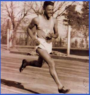 Domingo Amaison en plena faena, corriendo uno de sus muchos maratones, llevando a la bandera de  Argentina bien arriba