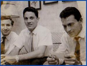 Domingo Amaison, atleta argentino, gran figura internacional, con dos compañeros suyos en las pistas
