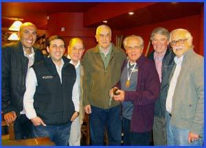 Domingo Amaison, gran maratoniano y corredor de fondo del atletismo de Argentina, con amigos del deporte