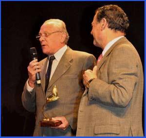 El atleta argentino Domingo Amaison recogiendo uno de los muchos trofeos con que le premiaron en los últimos años por su trayectoria en el atletismo de Argentina