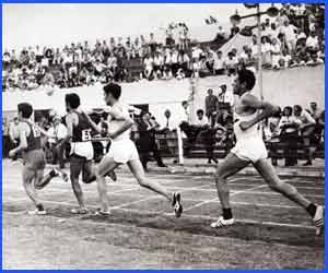 El gran atleta de Argentina Domingo Amaison, nacido en la provincia de Córdoba, en plena carrera