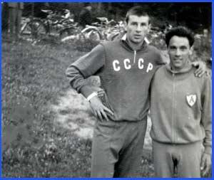 Domingo Amaison, atleta de Argentina, posando con un atleta de la Unión Soviética