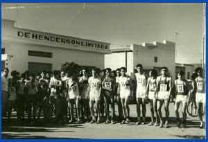 Domingo Amaison corriendo una prueba de atletismo en Henderson, provincia de Buenos Aires, Argentina