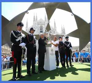 Momento en que depositan la Champions League en la plaza del Duomo de Milán - Milano, Italia 2016