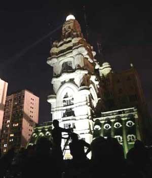 Vista nocturna del palacio Barolo con el faro iluminando la ciudad de Buenos Aires, Argentina
