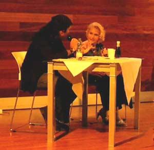"""Dante Luchetti charla en el escenario del Museo de Almería con su madre, la famosa cantante argentina Edith Scandro, La linda que canta lindo, durante el espectáculo """"Dos argentinos en España"""", año 2010"""