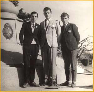 Elbio Martínez, Aldo Vanni y Nito Lombardi en la Plaza de Santa Isabel, provincia de Santa Fe, Argentina en una transmisión de la emisora local O.P.S.I.