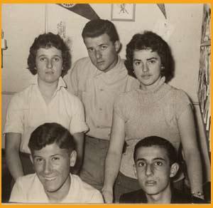 Los comienzos de Elbio Martínez como locutor y periodista, en OPSI, la emisora creada por Aldo Vanni (de pie al centro) Elbio es el primero abajo a la derecha. Esta emisora funcionó en Santa Isabel, Santa Fe, Argentina