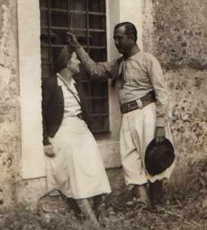 Eleodoro Marenco fotografiado con su entonces novia en el convento de Santa Catalina, durante un descanso de la filmación de El Camino del Gaucho. Foto cedida por Guillermo Madero Marenco.