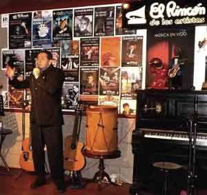 """El odontólogo y cantor argentino Enrieque Migliarini, Quique, cantando en la ciudad donde vive, Vigo, en el mítico y recordado """"El rincón de los artistas"""" de otro argentino, Daniel Calá"""