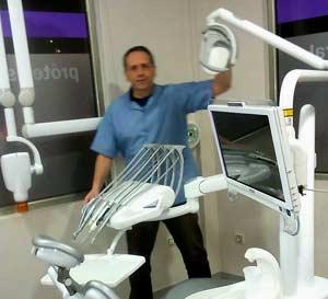 El odontólogo argentino Enrique Migliarini, Quique, en su clínica dental de Vigo, la ciudad de las Rías Baixas gallegas donde vive, en España