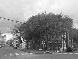 Vista desde la ochava opuesta de la Plaza Dr. Florencio Escardó en la ciudad de Buenos Aires, Argentina, que brilla por el descuido y falta de atención por parte de la municipalidad porteña