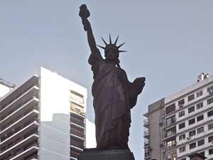Vista de la Estatua de la Libertad recortada en el cielo de Buenos Aires, Argentina