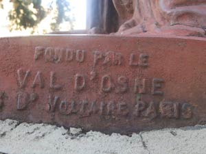 Inscripción que determina el origen parisino de la Estatua de la Libertad que se exhibe en Buenos Aires, Argentina