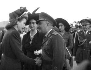 Llega a España Eva Duarte de Perón y es recibida por el General Francisco Franco. La delegación argentina con Evita como estandarte fue recibida con gran calor popular por donde pasaron en España