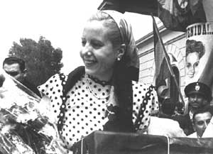 Eva Perón, en representación oficial del gobierno de Argentina, transita en un coche descapotable por el Paseo de la Castellana, en Madrid, España, en medio de una multitud que la aclama durante todo el recorrido