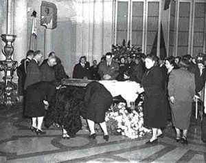 Velatorio de los restos de Eva Duarte de Perón, en una instantánea donde se ve al General Perón