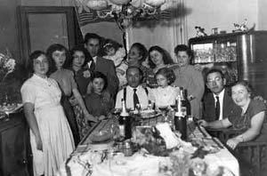 Reunión familiar, Alejandra Pizarnik, es la primera de la izquierda, Elías Pizarnik y Rosa Pizarnik, los dos sentados de la derecha, el resto parientes y amigos. 1950, copia de época. Archivo Centro de Arte Moderno