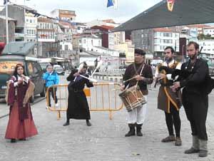 Fiesta Medieval en Finisterre, Galicia, España. En primer plano, conjunto de música gallega con su gaitero