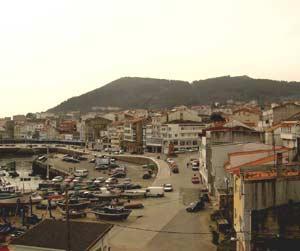 Vista de Finisterre, A Coruña, costa del Atlántico, con su puerto pesquero en primer plano
