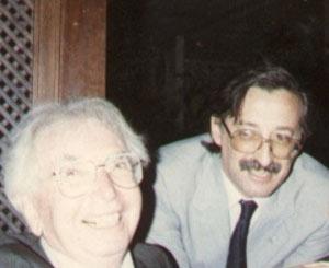 Imagen del Dr. José Martínez-Romero Gandos, psicólogo argentino, junto al psicólogo austríaco Viktor Frankl, creador de la técnica logoterapeuta