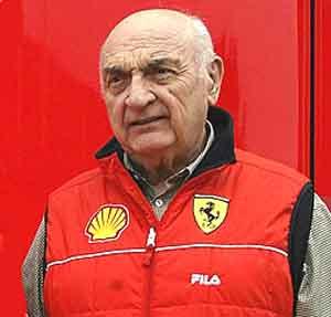 Don José Froilán González, piloto argentino de fama internacional, vestido con sus colores de toda la vida, Ferrari, la marca italiana del cavallino rampante