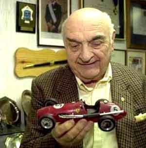 José Froilán González, corredor argentino de fama internacional, el primer piloto que dio un triunfo a Ferrari en 1951, en su despacho de Buenos Aires, Argentina
