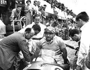 Froilán González, piloto argentino de Ferrari, entrando a su coche