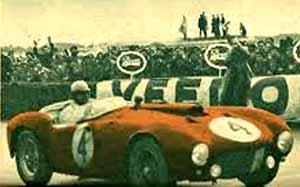 El corredor argentino José Froilán González pilotando su Ferrari al cruzar la meta de Le Mans como ganador de las famosas 24 horas francesas.